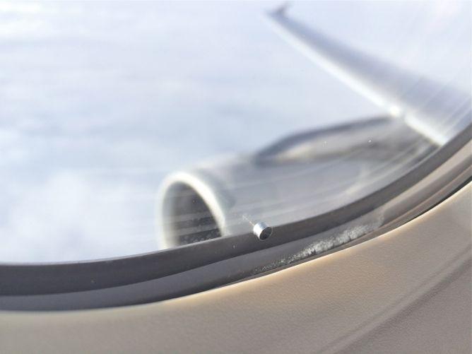Зачем в иллюминаторах самолета нужна маленькая дырочка!
