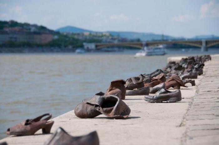 Зачем на берегу Дуная стоят 60 пар чугунных ботинок? -3 фото-