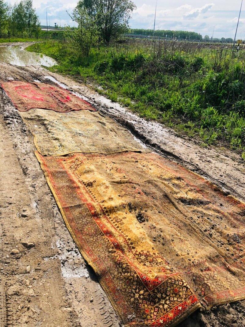 Инновационный метод: в Калужской области дорогу -починили- с помощью ковров-8 фото-