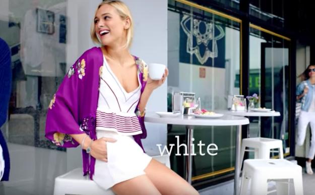 Бессмысленные вещи, которые женщины делают в рекламе