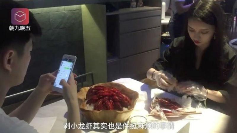 В одном из ресторанов Китая появились профессиональные чистильщики раков Интересное