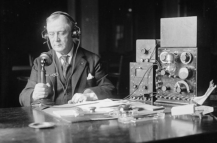 Для чего радиоведущие в прошлые времена надевали смокинги?
