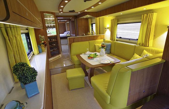 Этот дом на колесах может показаться типичным автобусом. Но внутри салон выглядит просто шикарно