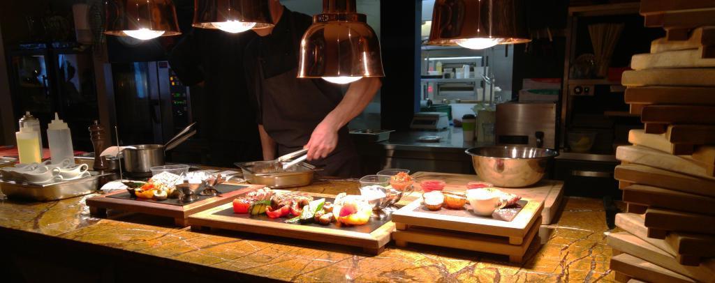 В Великобритании открывается ресторан -без рук-, где официанты кормят посетителей палочками и подносят напитки ко рту
