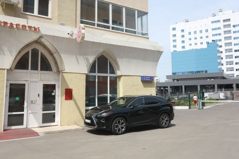 Когда терпение лопнуло! В Казани отец ребенка-инвалида разбил лобовое стекло машины, перекрывшей выход-2 фото + 1 видео-