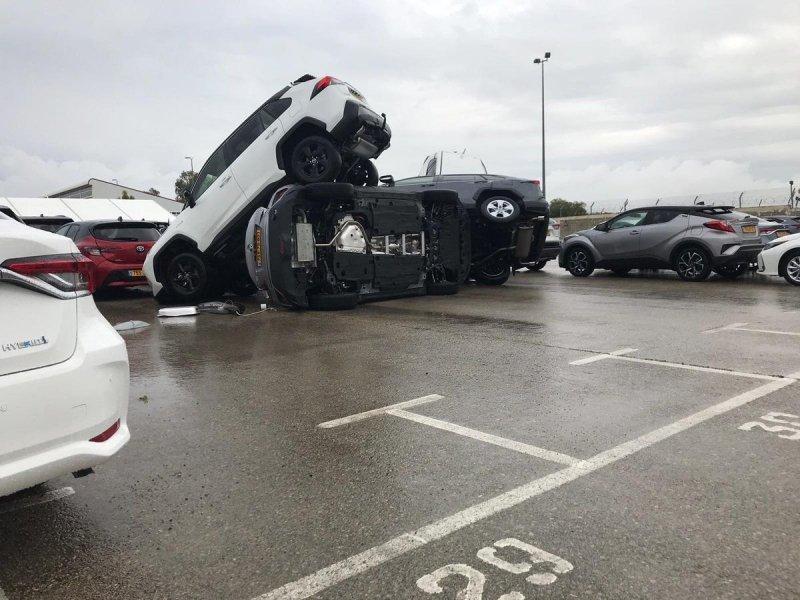 Торнадо в Израиле поднял в воздух новые машины на парковке-5 фото + 1 видео-