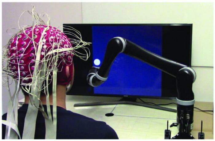 Создана первая в мире управляемая силой мысли роботизированная рука -+видео-