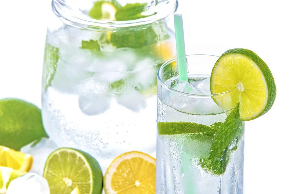 Какие напитки лучше пить в жару: советы российских специалистов