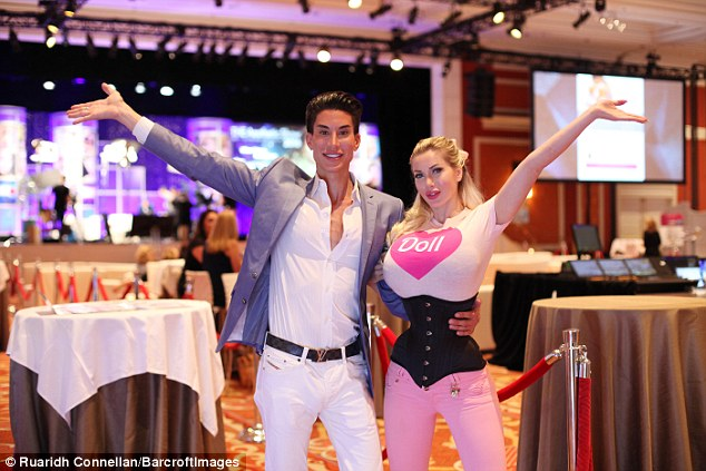 Как Барби и Кен, сделавшие 350 операций, живут вместе