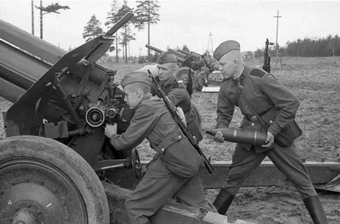Для чего красноармейцы привязывали к стволу артиллерийских орудий винтовку Мосина
