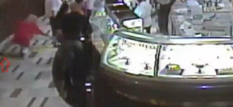 Старушка поскользнулась на мокром полу казино и заработала на этом $3 млн-3 фото-