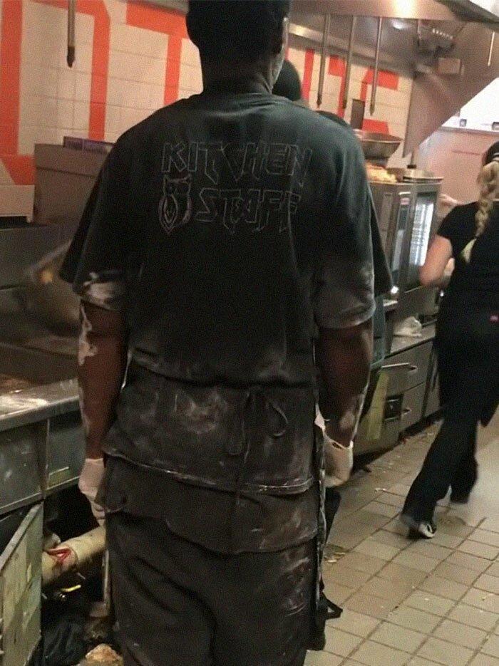 Люди в шоке от того, что происходит на кухне одного из ресторанов Hooters                      Интересное