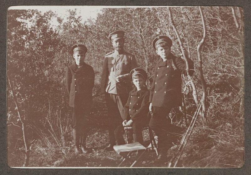 Прогулки, охота, веселые игры: на редких фото запечатлены будни царской семьи до ссылки и казни                      Интересное