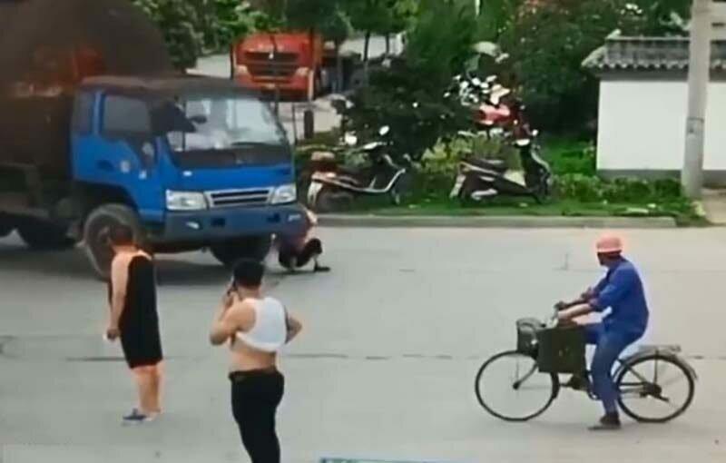 Китайская мошенница забавно инсценировала наезд на себя-4 фото + 1 видео-