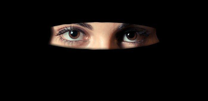Почему арабские женщины носят черную одежду?