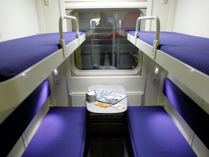 Имеет ли право сидеть на нижней полке пассажир поезда с верхнего места