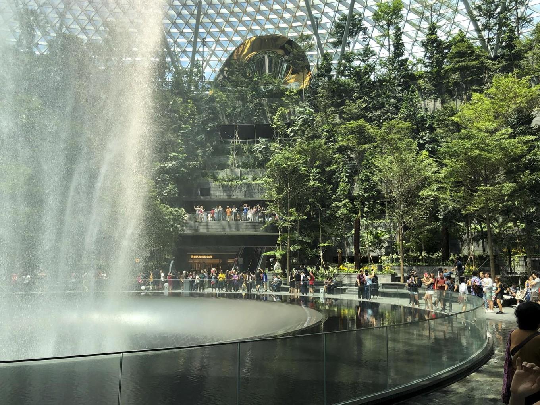 Прогулка по торговому центру в аэропорту Сингапура Интересное