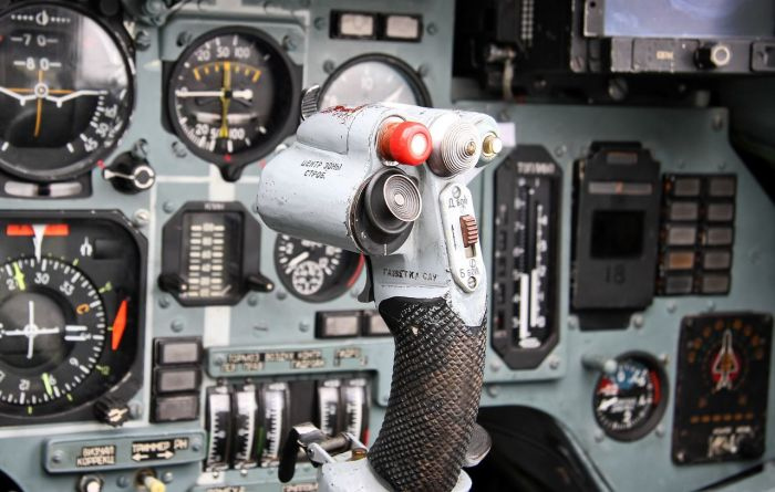 Зачем у военного самолета шторка в кабине, и что означает соответствующий термин полета Интересное