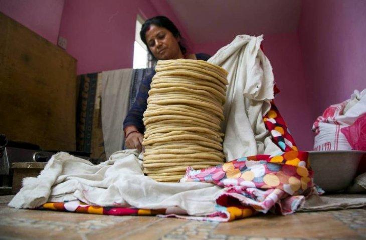 Женщина четыре года кормит голодных обезьян