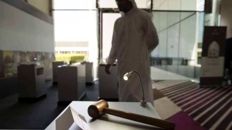 Такое может случиться только в ОАЭ: женщина заглянула в телефон мужа и получила три месяца тюрьмы Интересное