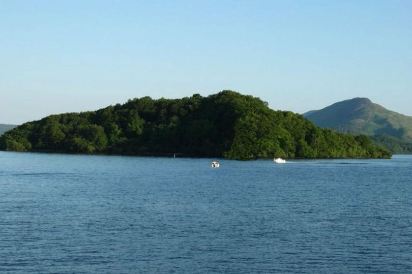 В Шотландии на озере продается остров за 120 000 долларов.