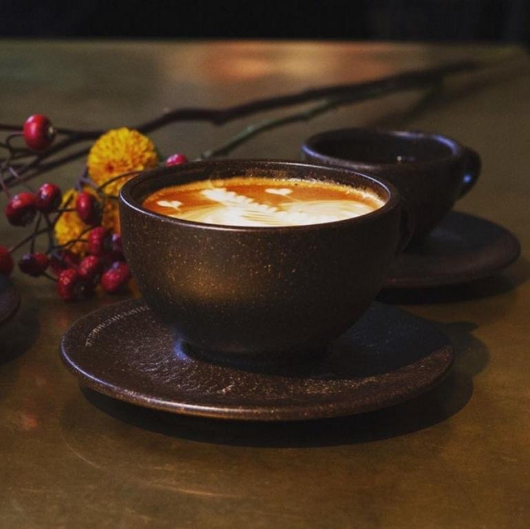 Вторая жизнь кофейной гущи: парень делает крутые чашки из кофейных отходов