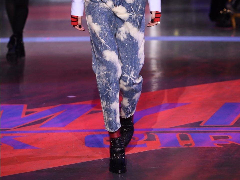 Джинсы с эффектом кислотной стирки, разноцветные пиджаки. Какие модные вещи из 90-х возвращаются в моду