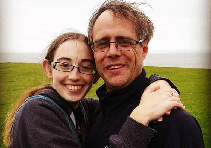 Акушерки и даже родственники принимали избранника девушки за ее отца. Но она по-прежнему любит своего жениха
