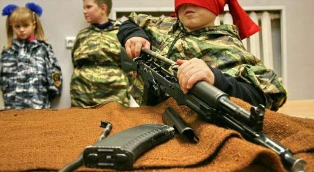 Минпросвещения предложило провести в школах урок по сборке автомата Калашникова (2 фото)