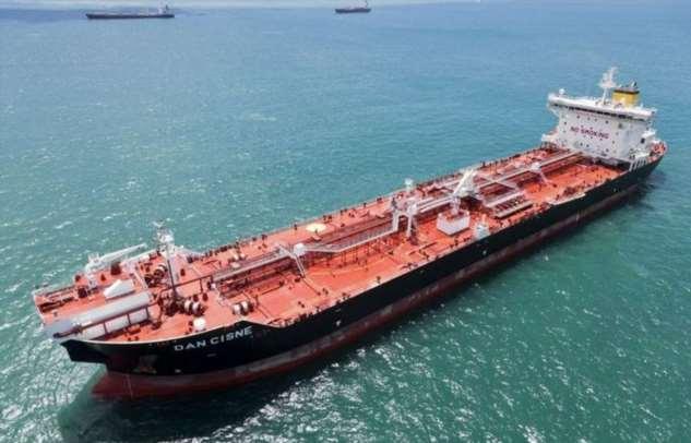 Почему, если пробить борт танкера, из него не потечет нефть