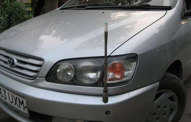 Зачем некоторым японским авто антенна впереди бампера