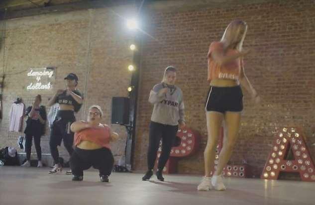 91-сантиметровая девушка поборола депрессию энергичными танцами и стала звездой соцсетей (6 фото + 1 видео)