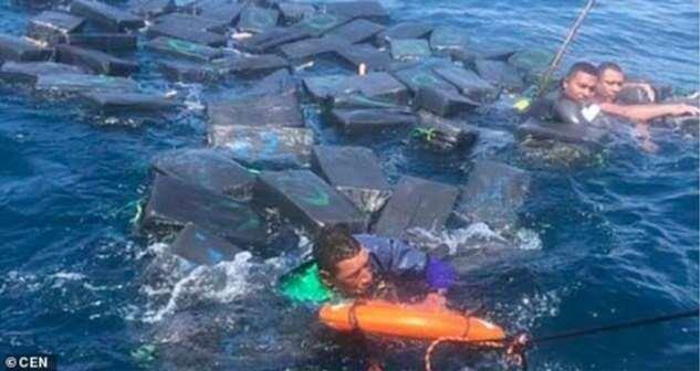 Кокаиновый спасательный плот: контрабандисты плыли по морю на пакетах с наркотиками (4 фото)