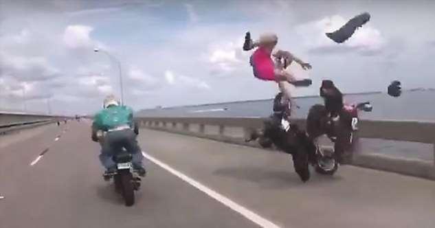 Мотопрохват в США закончился столкновением трех мотоциклов  Интересное