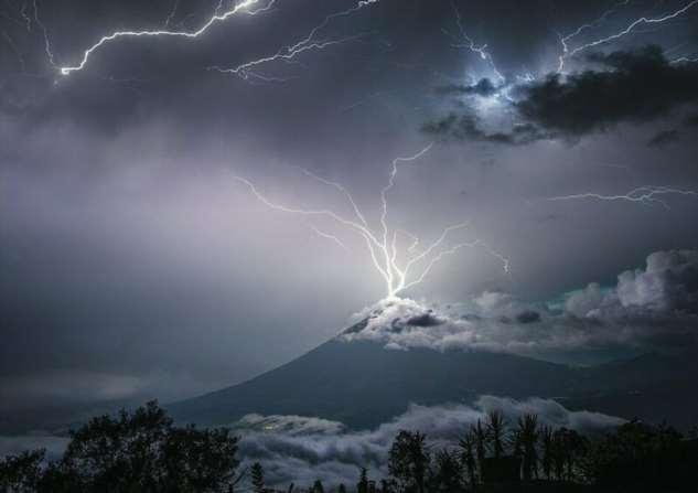 Фотограф запечатлел момент, когда молния ударила по вулкану в Гватемале  Интересное
