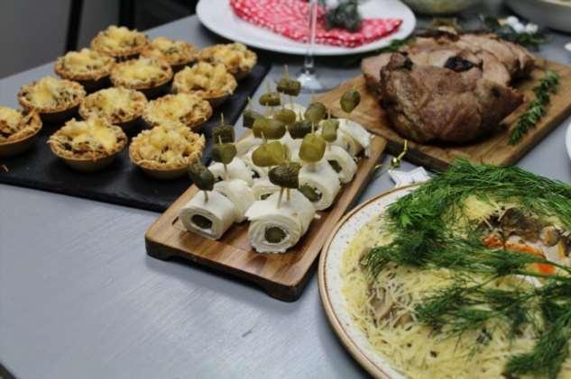 Новогодний стол на 4-х человек из 7 блюд  Интересное