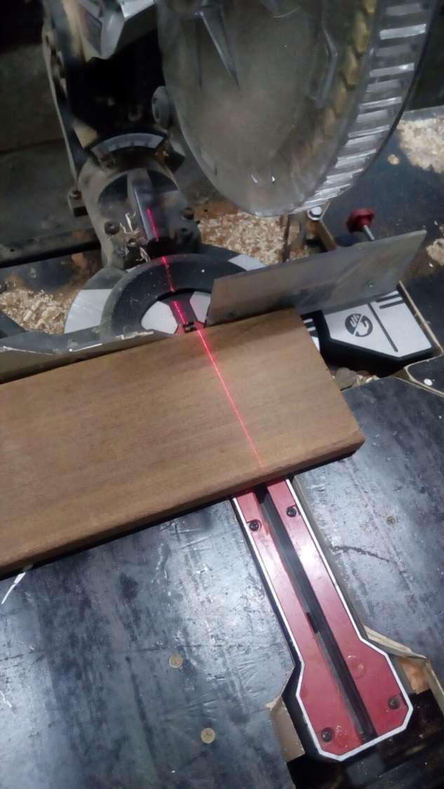 Подставка под телефон, или что можно сделать из куска дерева и монеты  Интересное