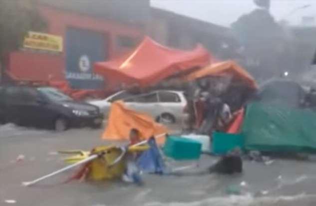 Поторговали и поплавали: наводнение смыло сотни торговых палаток в Бразилии  Интересное