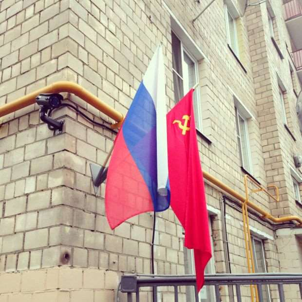 Депутат Госдумы предложил устанавливать на домах ветеранов флаги России за их счёт