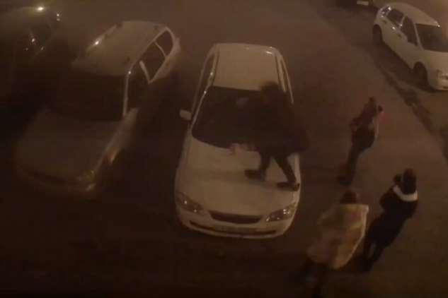 И синему грязной тряпкой по харе… В Тольятти «онижедети» прыгали по машинам во дворе  Интересное