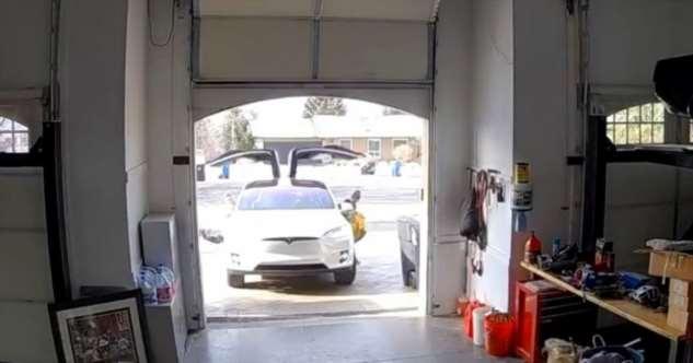 Вывих крыла! Женщина на Тесле случайно заехала в гараж с открытой дверью  Интересное