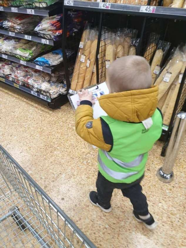Торговый офицер: мама придумала, чем занять своего сына в магазине  Интересное