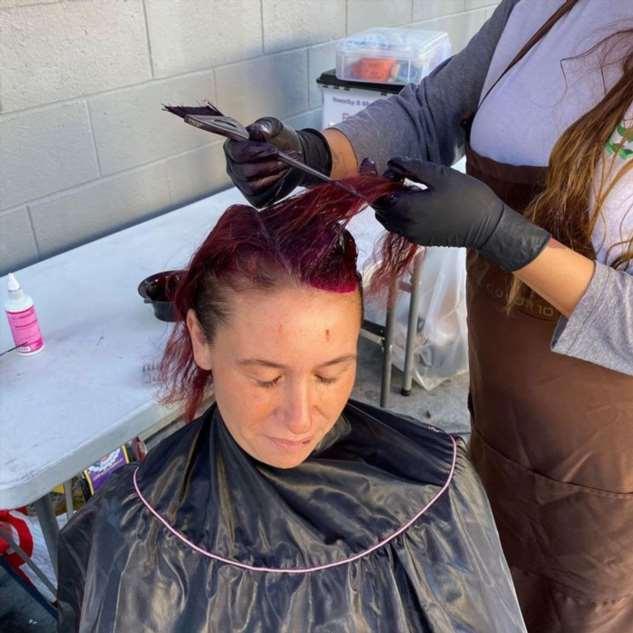 Косметолог из Лос-Анджелеса делает бесплатный макияж и прически бездомным женщинам Интересное