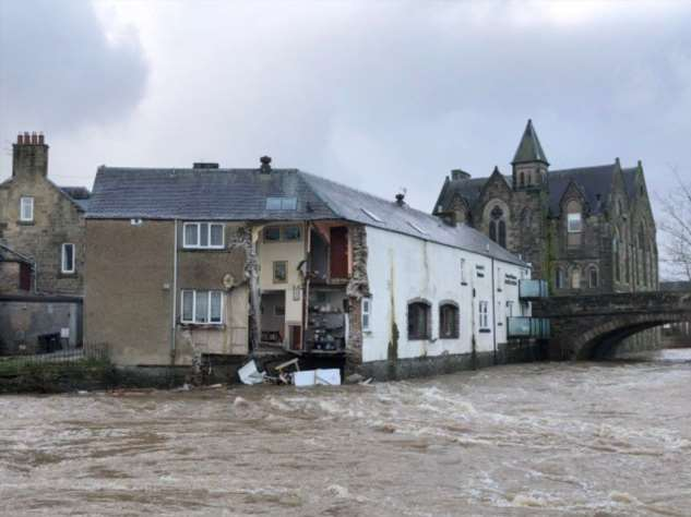 В Шотландии части кафе и отеля смыло в реку штормом Сиара