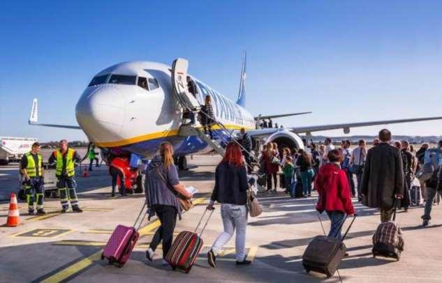 Почему посадка в самолет всегда проходит исключительно с левой стороны