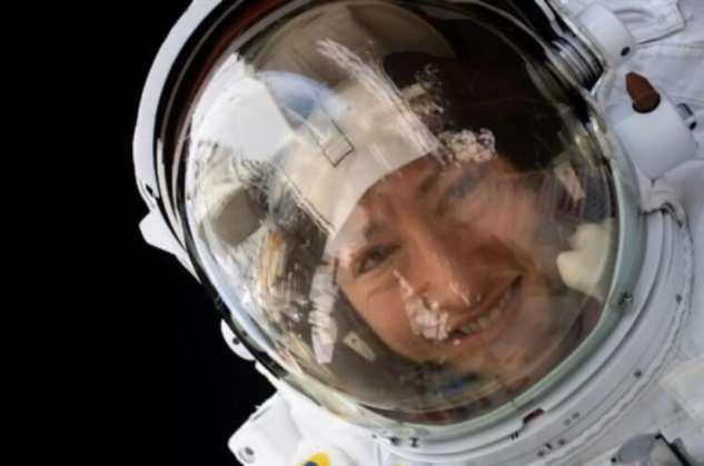 Как сделать селфи в космосе?
