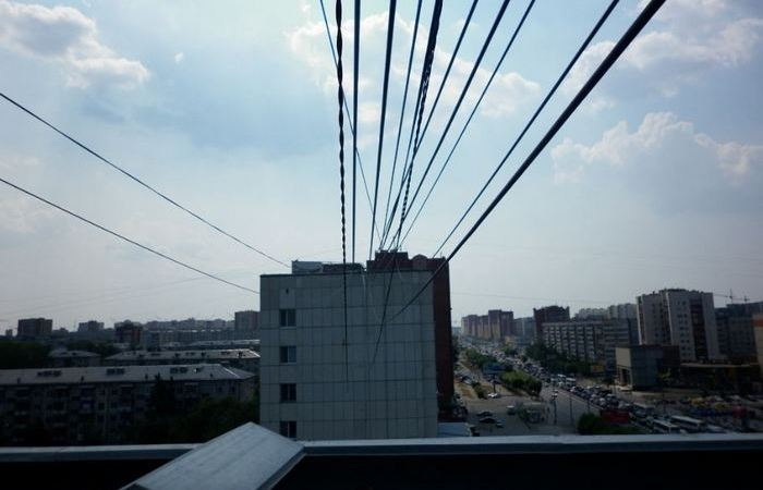 «Загадочные» провода: кто и для чего натягивает их между жилыми домами