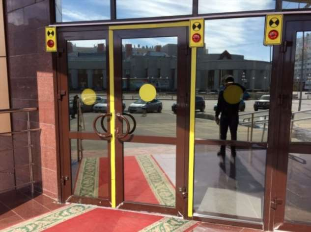 Для чего на дверях торговых центров и магазинов рисуют желтые круги Интересное