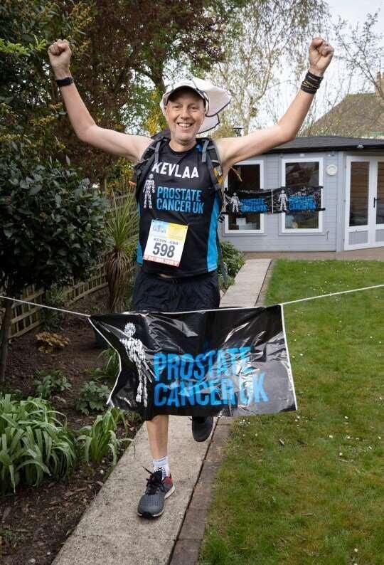 Британец пробежал ультрамарафон во дворе своего дома  Интересное