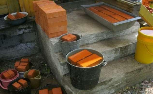 Для чего строители кладут в воду кирпич перед каждой кладкой Интересное